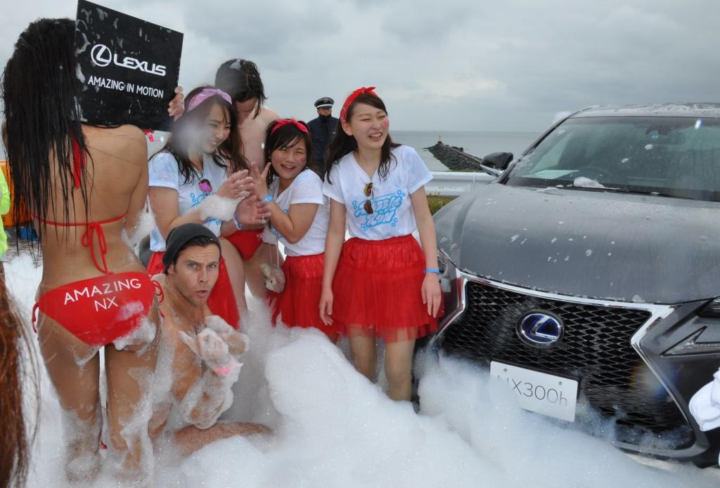 参加者との記念撮影に応じる外国人モデル=千葉市の幕張海浜公園で