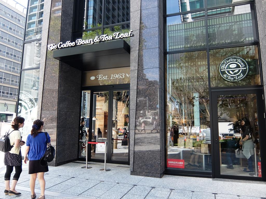 日本橋の交差点の角にある好立地の日本1号店。