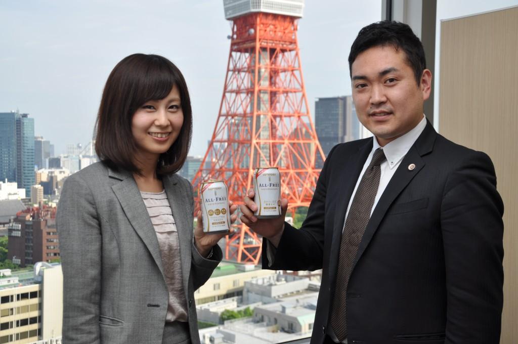【ノンアルコールビールで乾杯する西浦弁護士(右)と堀岡弁護士=東京都港区虎ノ門で】