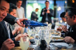 華やかな雰囲気の中で開かれた「和食と和酒を楽しむ会」=イタリア・ミラノの日本料理レストラン「SUSHI―B」で