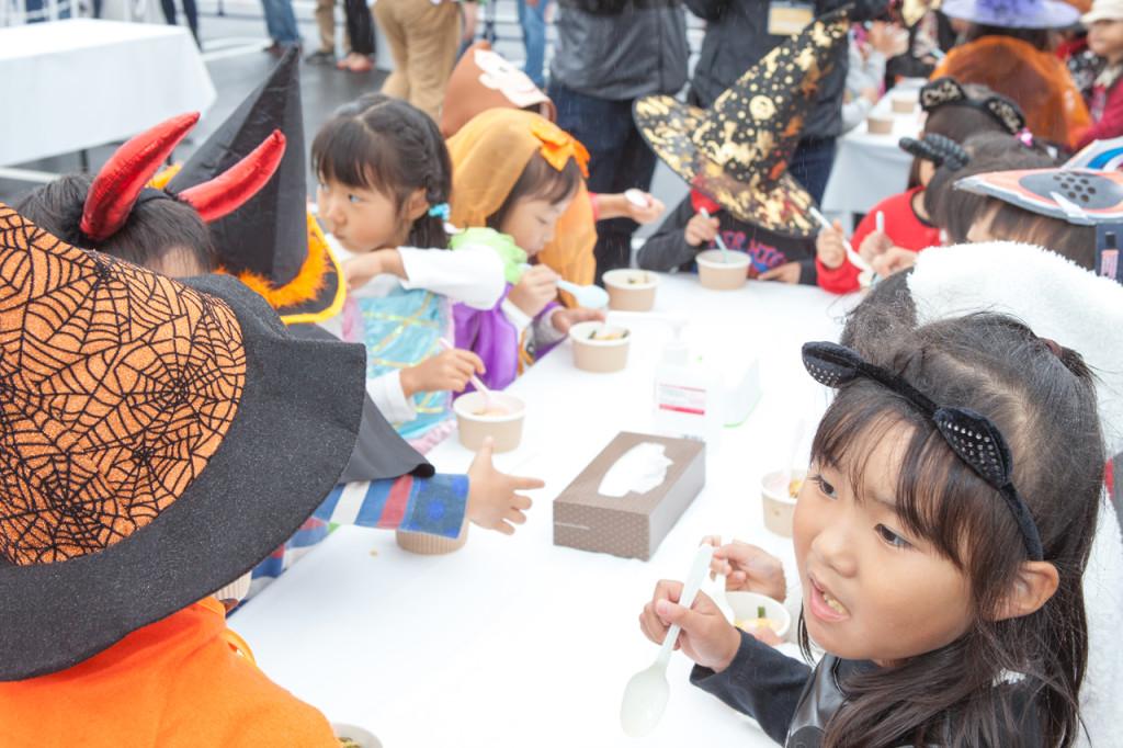 パエリアを美味しそうに食べる幼稚園児たち