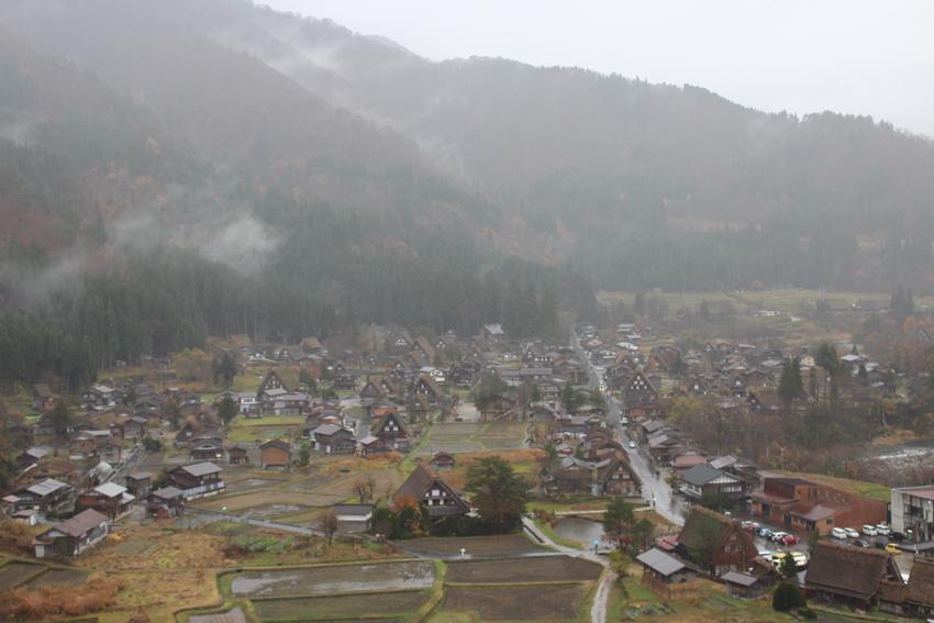 城山天守閣展望台から合掌造りの集落が一望できる