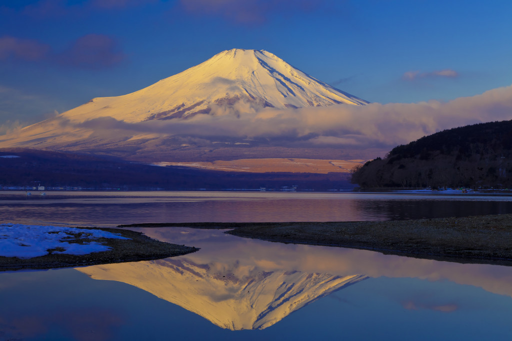 (c) Yoshimasa Fujino/a.collectionRF /amanaimages 山中湖から見た朝日に染まる富士山 (撮影地 山梨県 南都留郡 山中湖村 平野)