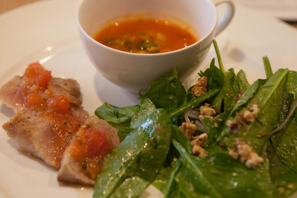 ローカルスピナッチサラダ&マンハッタンクラムチャウダーキハダマグロのステーキ(試食サイズ)