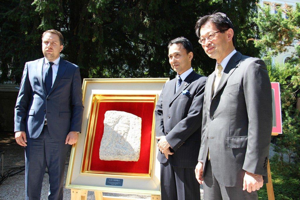 贈呈した祈りの石とサラエボ市長スカカ氏(左)、梅本会長(中央)、小川大使(右)。