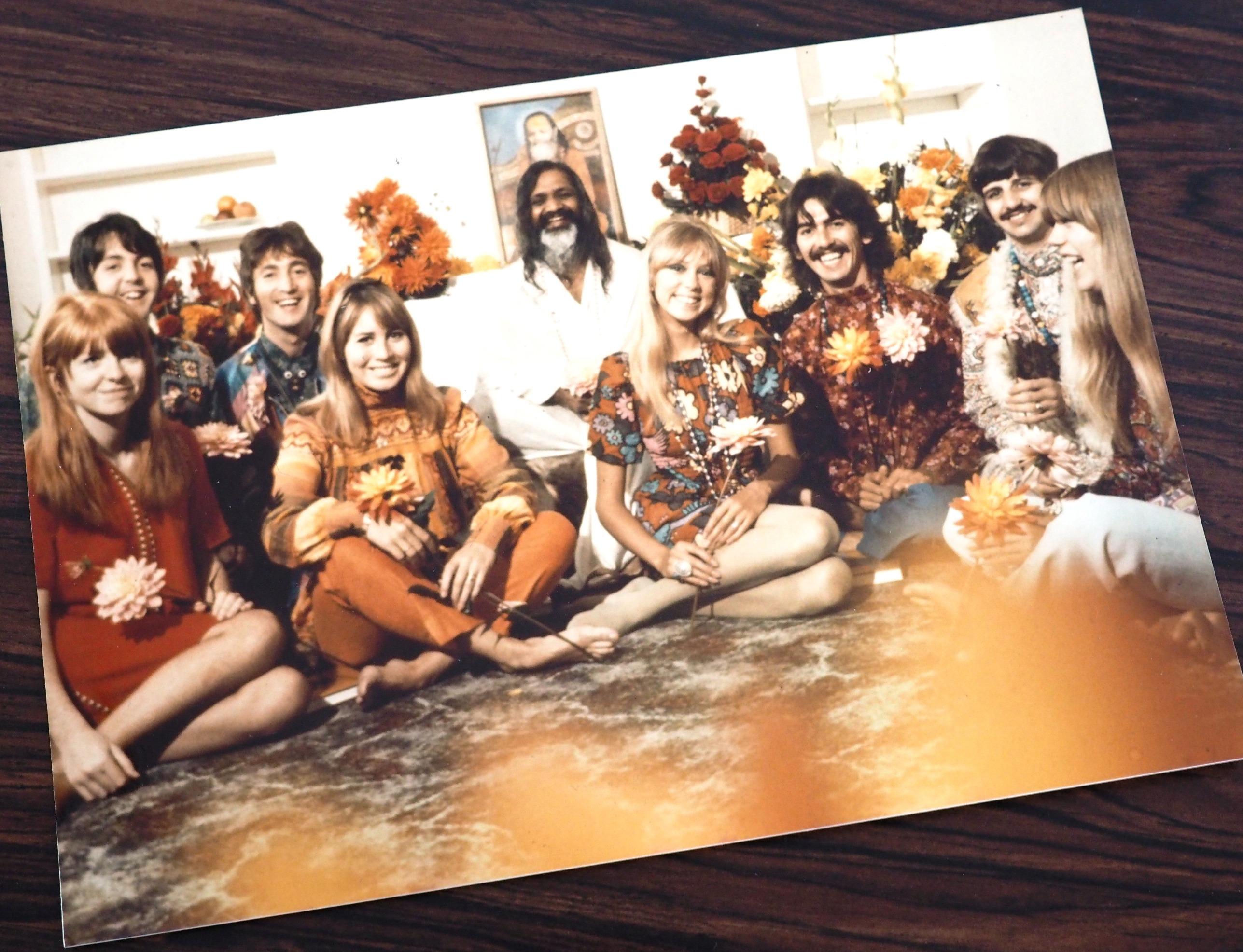 マハリシ(写真中央)とビートルズが一緒に写った写真のポストカード。
