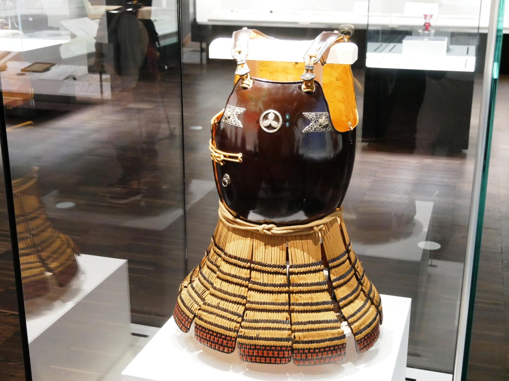 茶糸威二枚銅(ちゃいとおどしにまいどう)山内容堂所用の鎧。