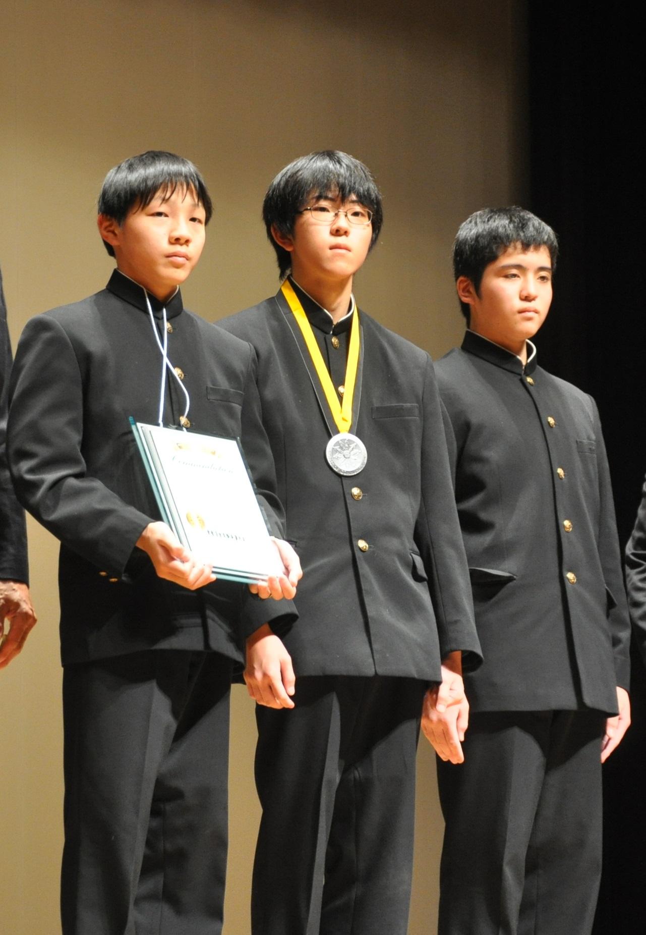 大安中テクニカルボランティア部の最後の部員3人。左が須田部長。