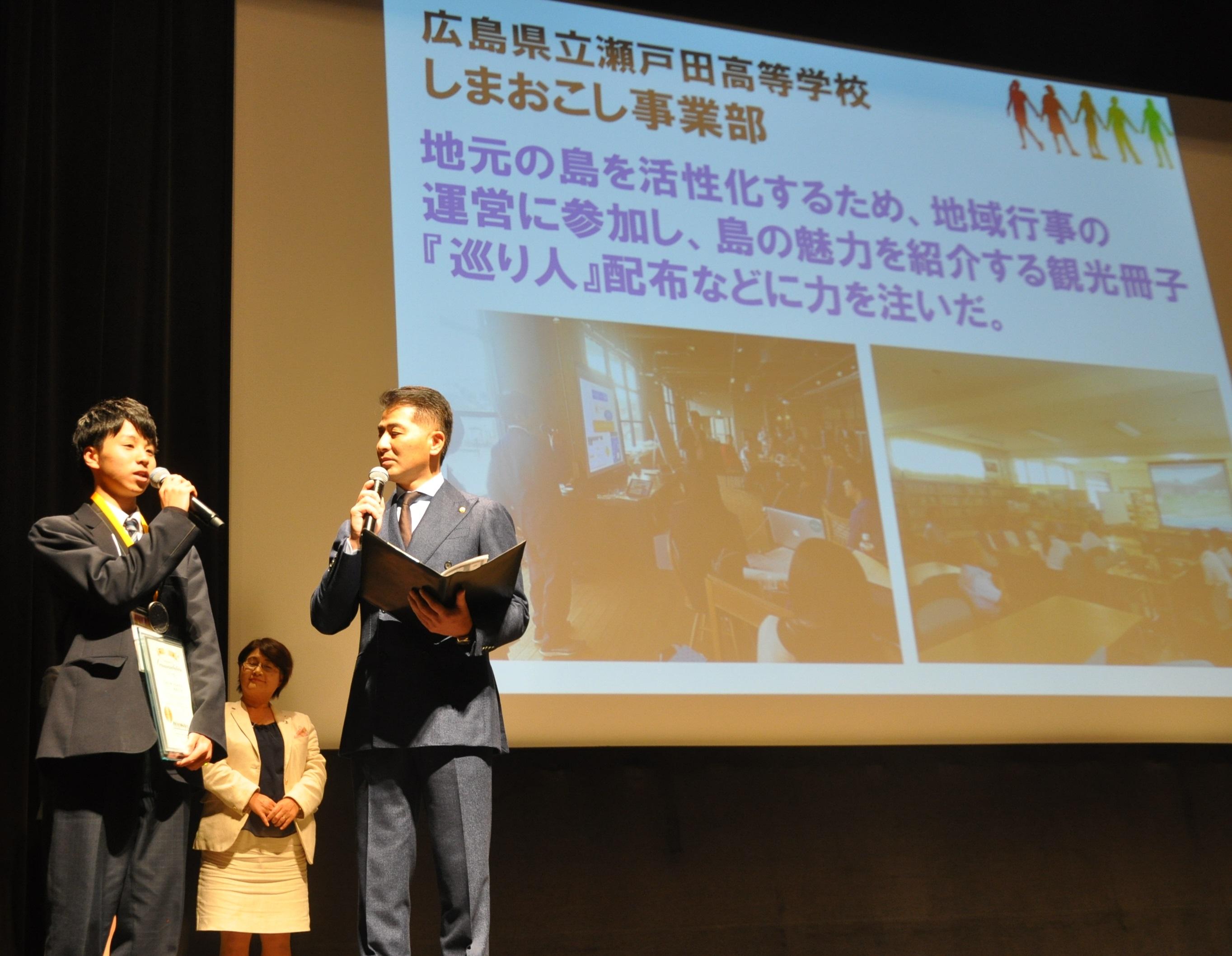 「島に遊びに来てください」と呼び掛ける、広島県立瀬戸田高しまおこし事業部の男性(左)。