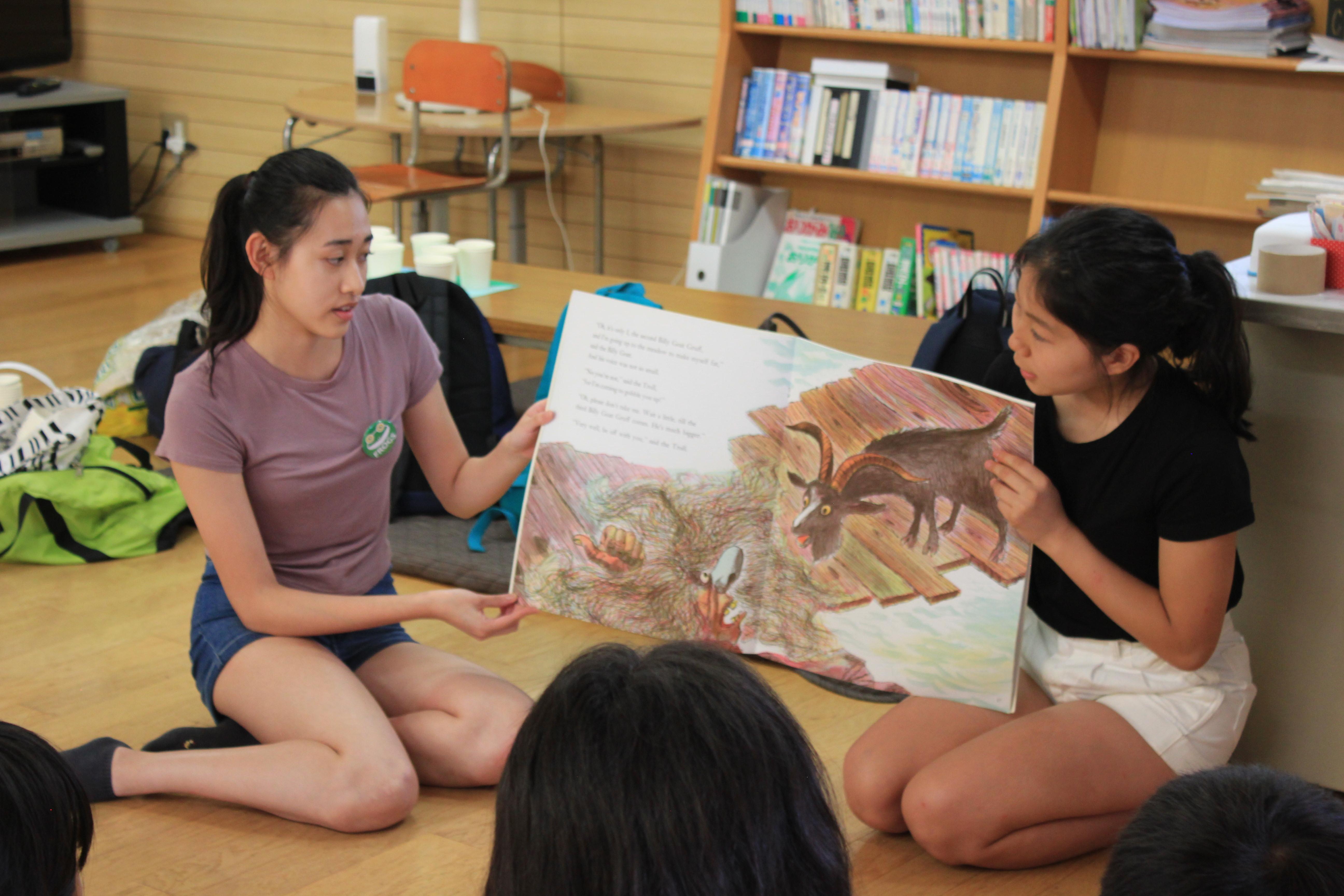 離島の子どもたちに英語で絵本を読むFROGSのメンバー