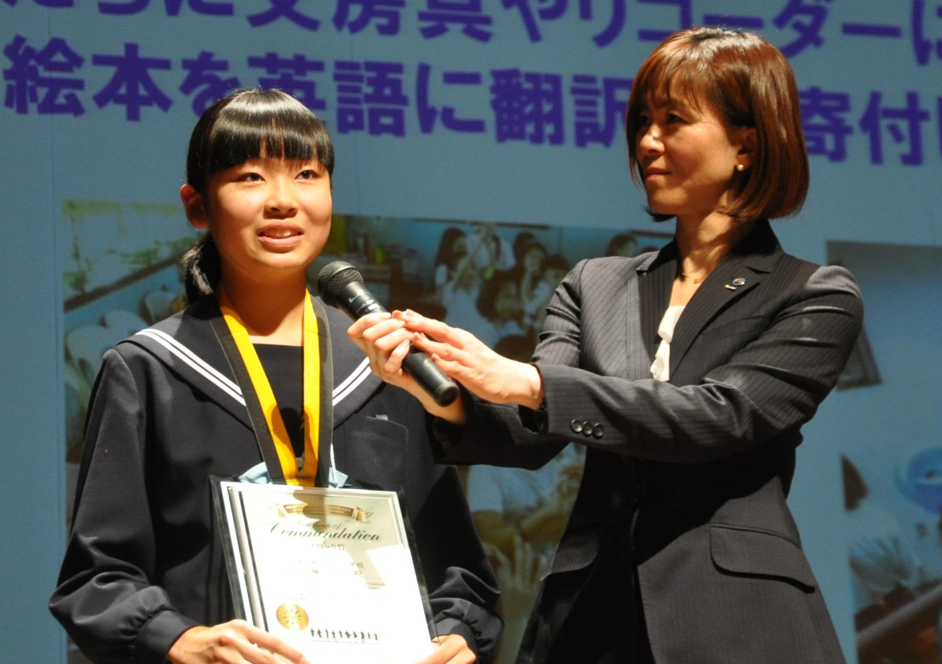 受賞の喜びを語る近藤奈々さん(写真左)。