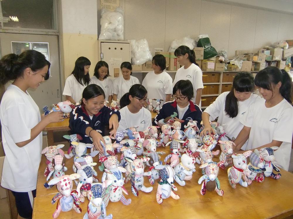 ぬいぐるみを制作するハンディクラフト部の部員たち