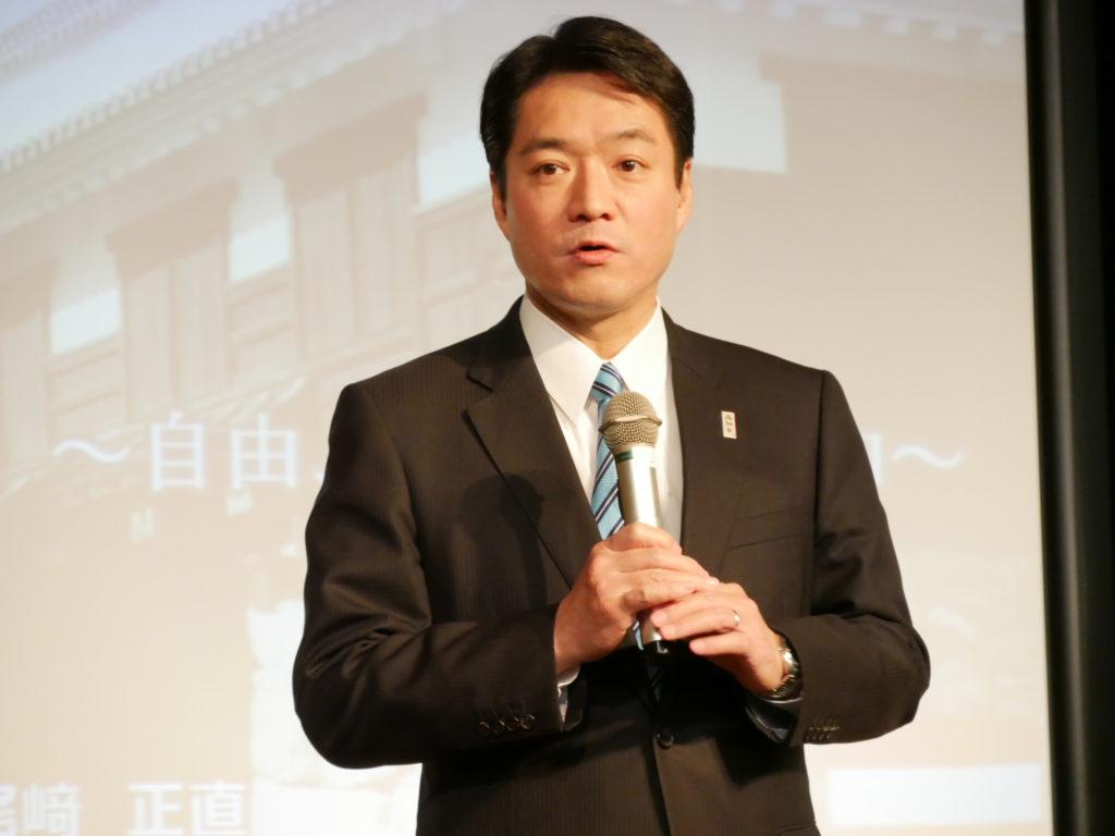 記者発表で平成の海援隊について説明する尾﨑知事