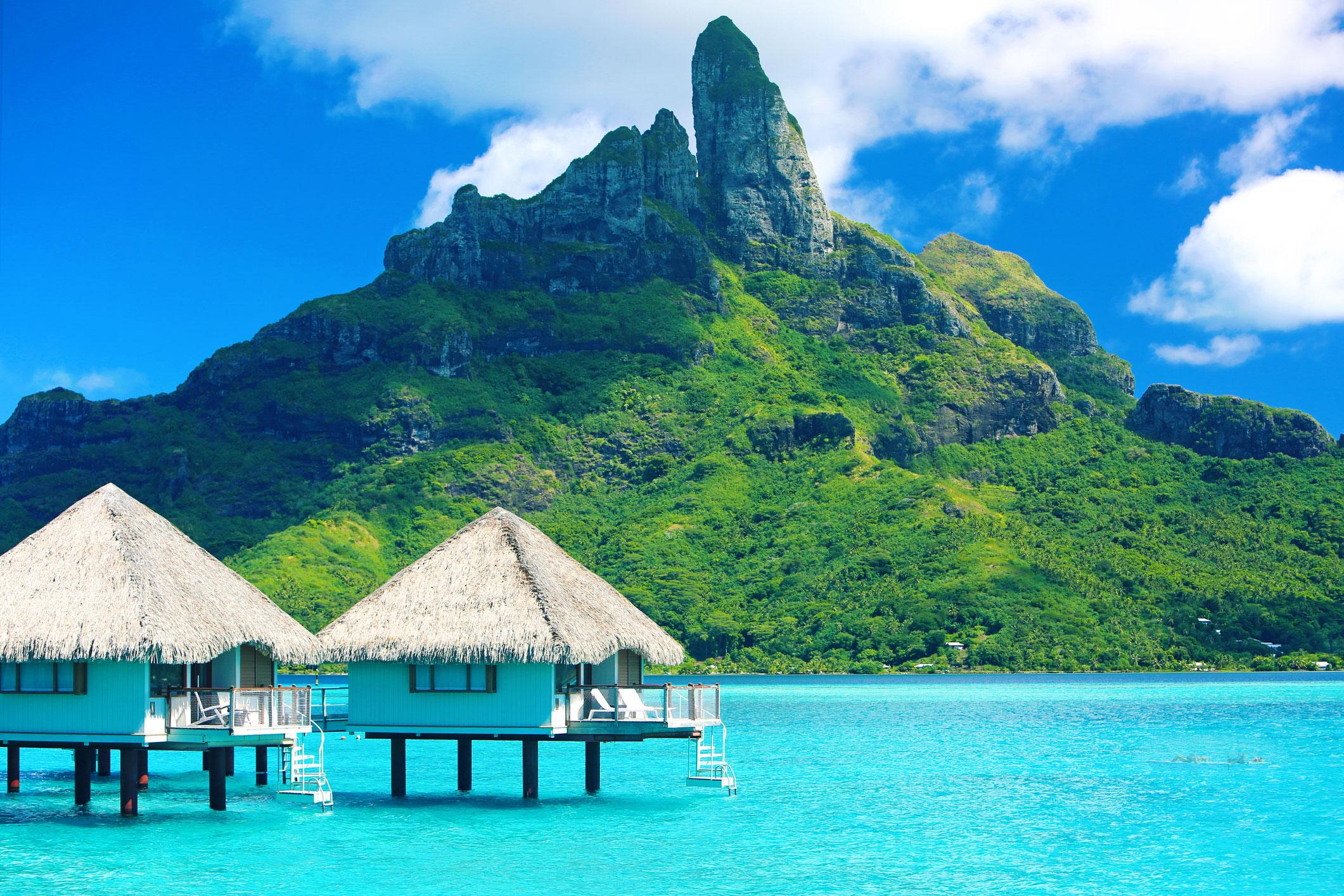 """タヒチは、南太平洋にある118の島々と環礁から成り、""""地上最後の楽園""""としても有名なリゾート地。緑あふれる島々や透き通った海などの大自然を満喫でき、フラダンスの原型ともいえるタヒチアンダンスという伝統舞踊、黒真珠の養殖、そしてハーブの女王とも言われるスーパーフルーツ「ノニ」の産地として知られている。日本からは週に2便の直行便があり、約11時間半で行くことができる。"""