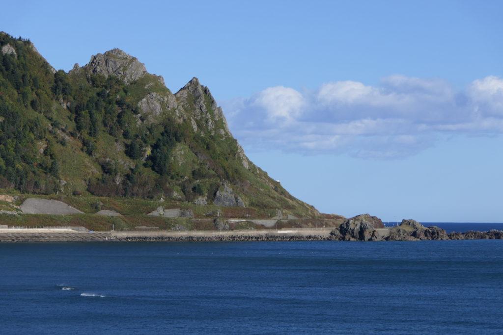 山々とオホーツク海に囲まれた枝幸町(写真は最北の名勝 北オホーツク道立自然公園 北見神威岬)