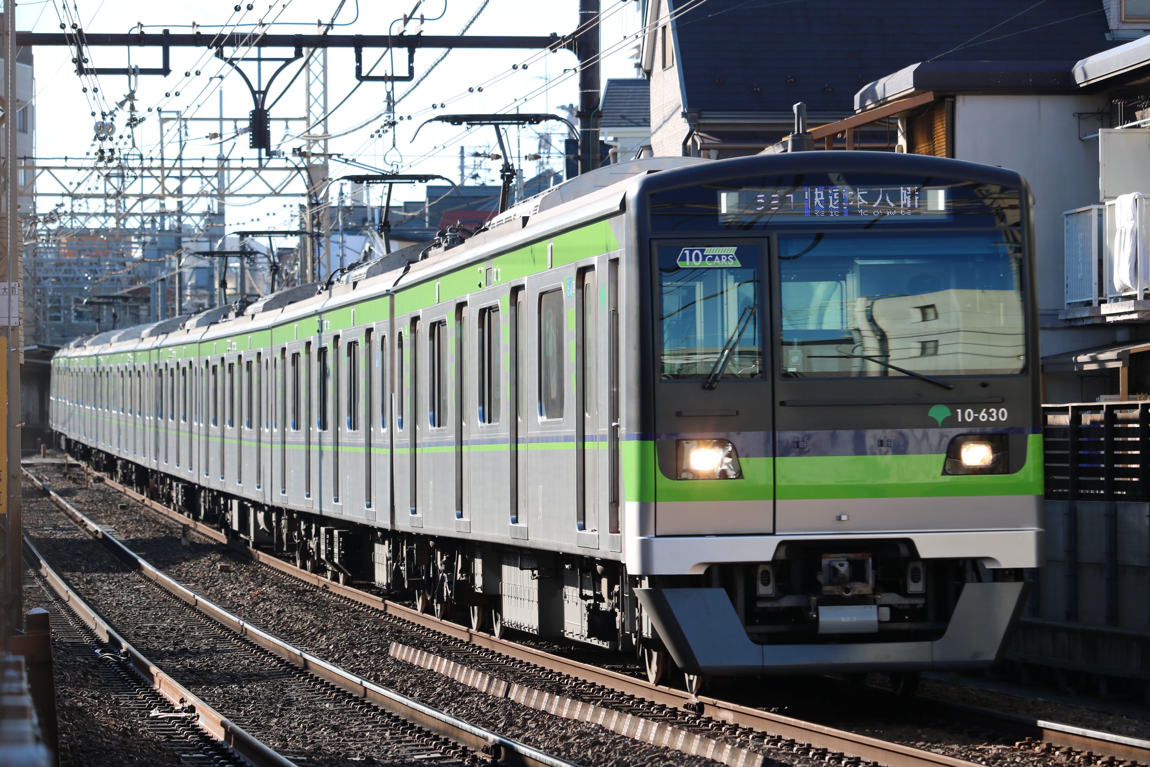 都営三田線(上)は開業50周年、都営新宿線(下)は開業40周年を迎える