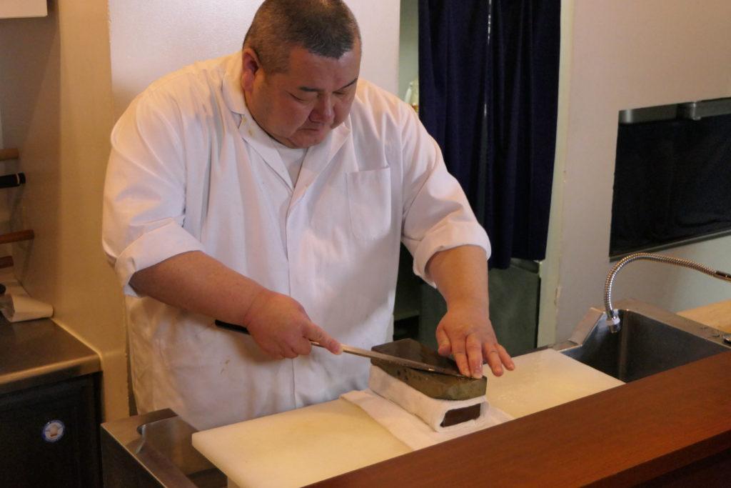 料亭「うの和」のご主人 布谷浩二さんは天然砥石を使う