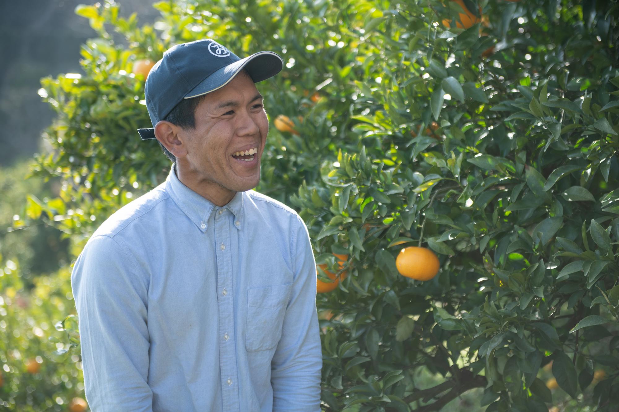 斉藤誠二さんは同じくIターンした兄と「サンフルーツ」の収穫に励む。
