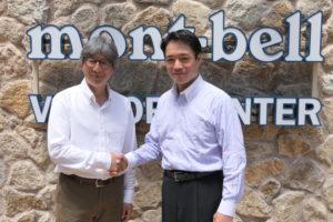 尾﨑正直・高知県知事(写真右)と(株)モンベルの竹山史朗・常務取締役(同左)