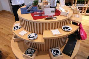 ショップでは、ワイン以外にも、オリジナルの豆皿、ソムリエナイフ、トートバッグなどを販売。