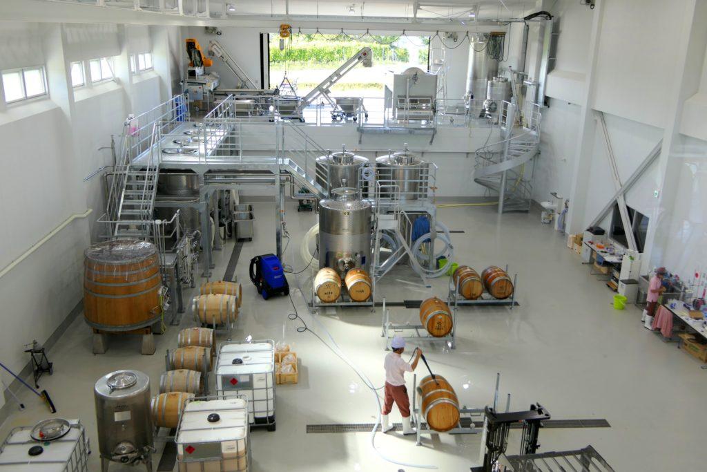 """ワイン醸造エリア。建物が建っている地形を生かし、""""グラビティー・フロー""""という重力を利用した方法でブドウをタンクに移すため、ブドウに与えるダメージが少ない。"""
