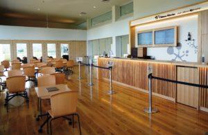 2Fにはテイスティングカウンターやテイスティングルームがあり、十数種類のワインを味わうことができる。