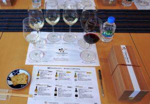 プレミアムツアーでは、6種類のワインをテイスティングすることができる。また、数量限定で写真右下のランチBOX(¥1,500。水曜は¥1,800)も販売している。