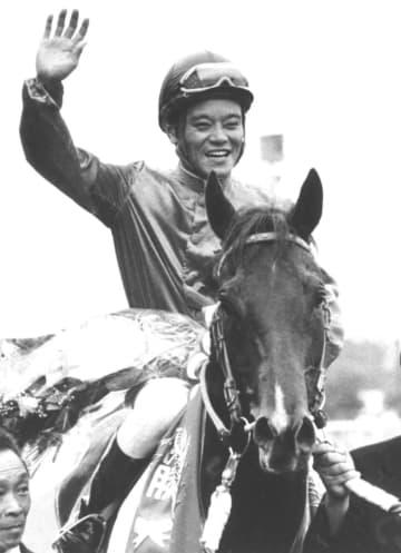 元騎手の郷原洋行氏が死去 豪快な追い「剛腕」 画像1