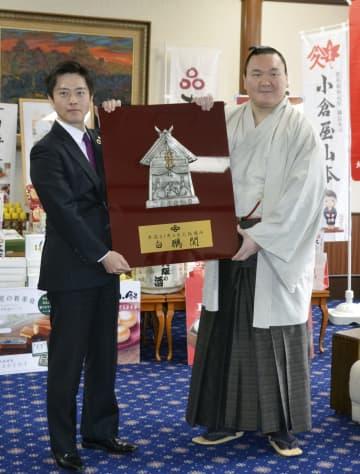 白鵬、大阪府知事から優勝盾 「連覇できるように」 画像1