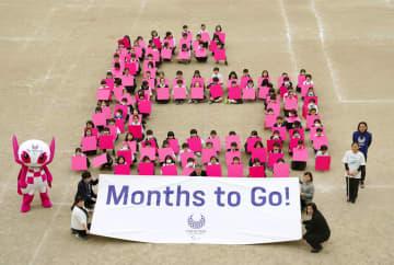 東京パラリンピックまで半年 児童が人文字で「6」描く 画像1