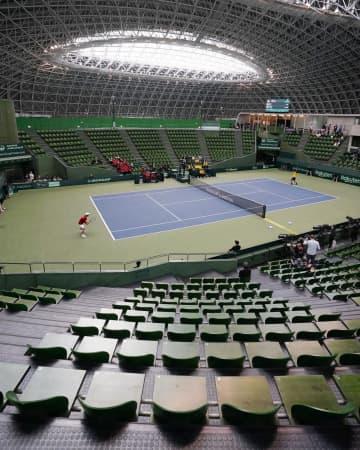 デビス杯テニス予選は無観客試合 ボールパーソンはゴム手袋 画像1