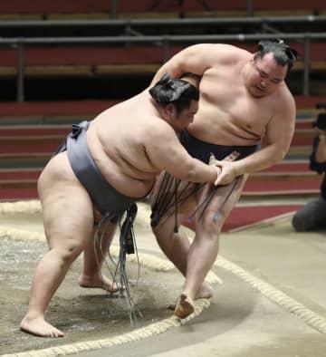 大相撲、徳勝龍が初金星で初勝利 朝乃山は初黒星、白鵬6連勝 画像1
