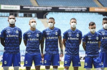 中断求めピッチ上のマスクで抗議 サッカー、ブラジル1部の公式戦 画像1