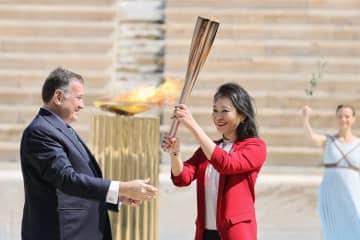 五輪聖火、日本側に引き継ぎ アテネの競技場、異例の無観客で 画像1