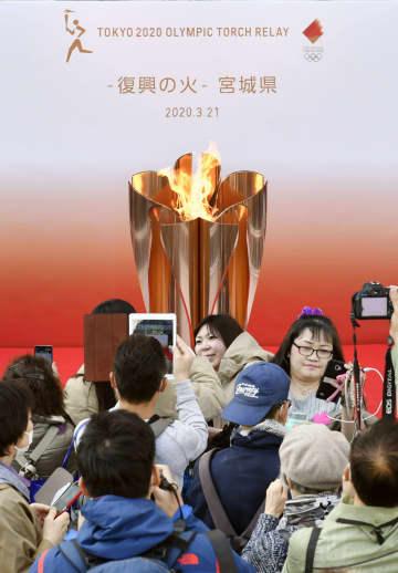 仙台駅で東京五輪聖火公開 「復興の力に」願い込め 画像1