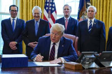 米、237兆円の経済対策法成立 家計・企業支援、影響長期化回避 画像1