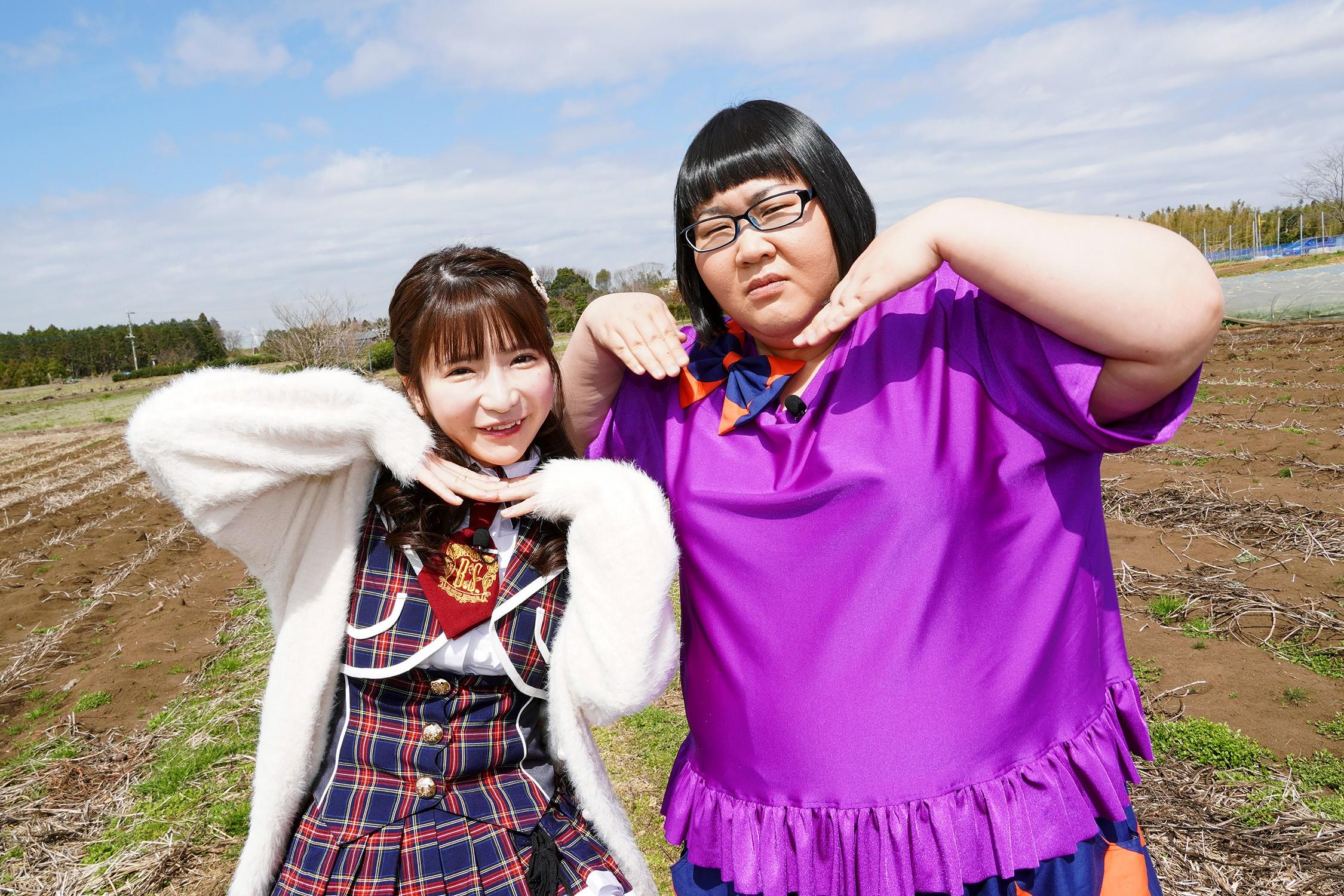 大食いアイドル・もえのあずき(左)とメイプル超合金の安藤なつ