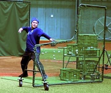 西武の中村、打撃投手を務める 選手同士で練習補助 画像1