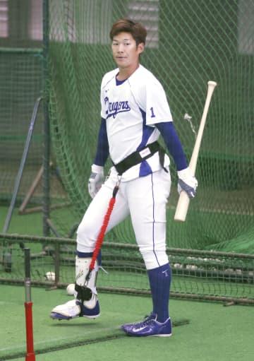 中日・京田、器具装着し打撃練習 「軸足に体重を意識」 画像1