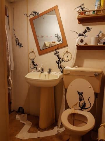 バンクシーも在宅勤務? トイレをキャンバスに新作公表 画像1