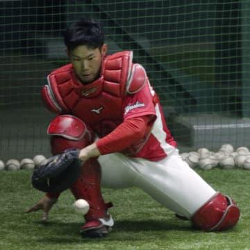 広島・坂倉、守備力向上に励む 捕手2番手の座を狙う21歳 画像1