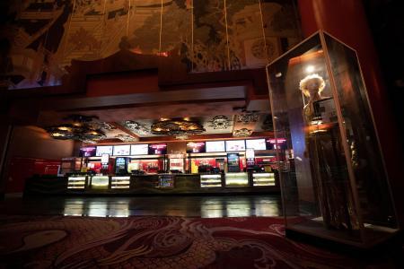 新型コロナ感染症の拡大で営業停止となった米ロサンゼルスの劇場チャイニーズ・シアターのロビー=18日(ロイター=共同)