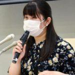 記者会見で調査結果を説明する戸田さや香さん=21日午後、東京都内