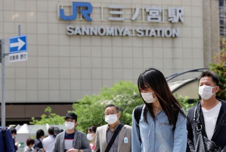 JR三ノ宮駅前でマスクを着けて歩く人たち=22日午前、神戸市