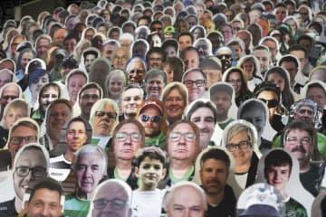 無観客席に仮想サポーター出現 サッカー、ドイツ1部リーグ 画像1