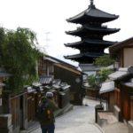 人通りが少ない京都市の観光スポット「八坂の塔」周辺=23日