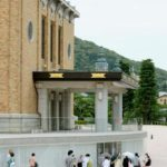京都市京セラ美術館の開館を待つ人たち=26日午前