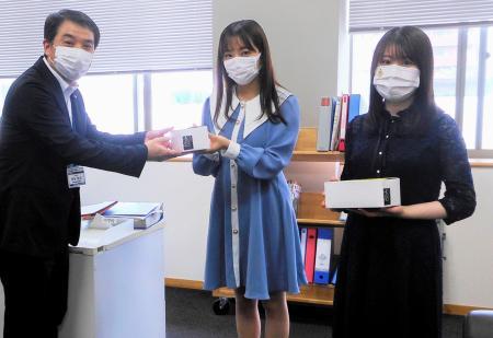 福岡市の舞鶴小・中学校を訪れた田島芽瑠さん(中央)と小田彩加さん(右)=25日(同市教育委員会提供)