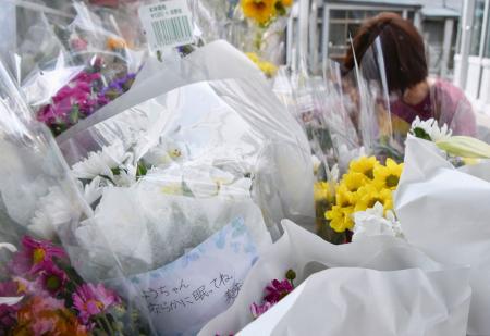 根井陽多さんの事故現場付近に設置された献花台に置かれた花とメッセージ=12日、東京都江戸川区