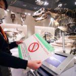 感染防止対策として使用が禁止された国立科学博物館のタッチパネル=26日、東京・上野